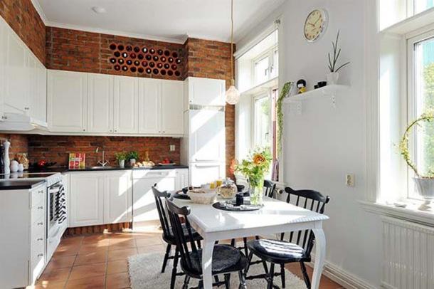 kuchnia biała z Jadalnia ze ścianami z czerwonej cegły