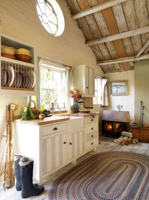 wiejska kuchnia z kominkiem na drewno  zdjęcie w serwisie