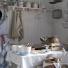 jadalnia z półką i skandynawskimi dekoracjami