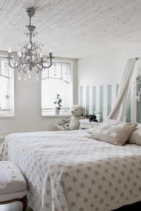 kuty żyrandol z krysztalkami,tapeta w pasy i baldachim w romantycznej sypialni