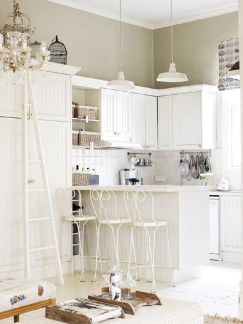 biała mała kuchnia metalowymi francuskimi stołkami  zdjęcie w serwisie Lovin