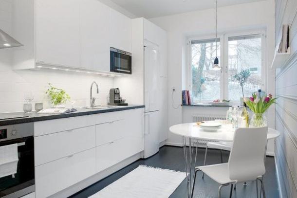 biala kuchnia z czarną podłogą  zdjęcie w serwisie