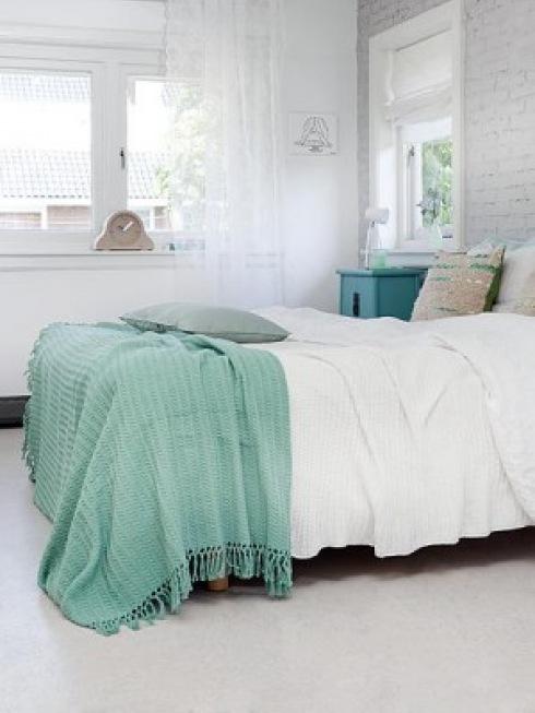 turkusowa  szafka i narzuta na łóżko