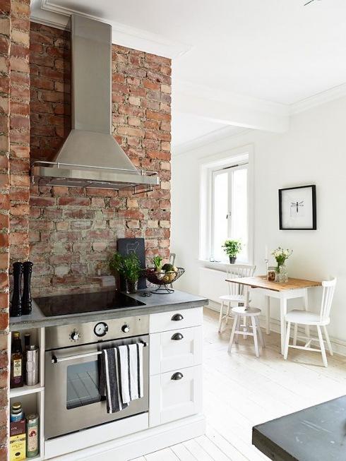 czerwona Cegła na ścianie z okapem kuchennym