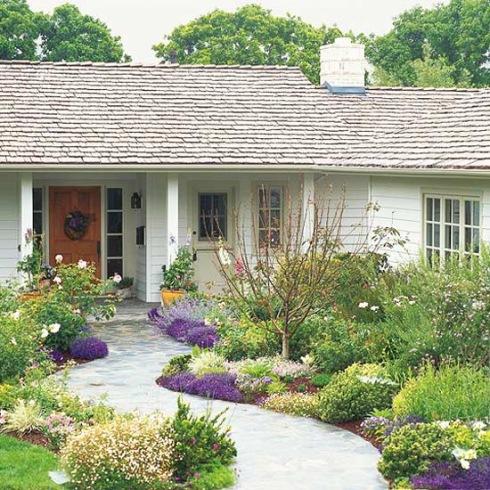 Ogr d kwiatowy przed domem zdj cie w serwisie lovingit for Small flower beds front homes