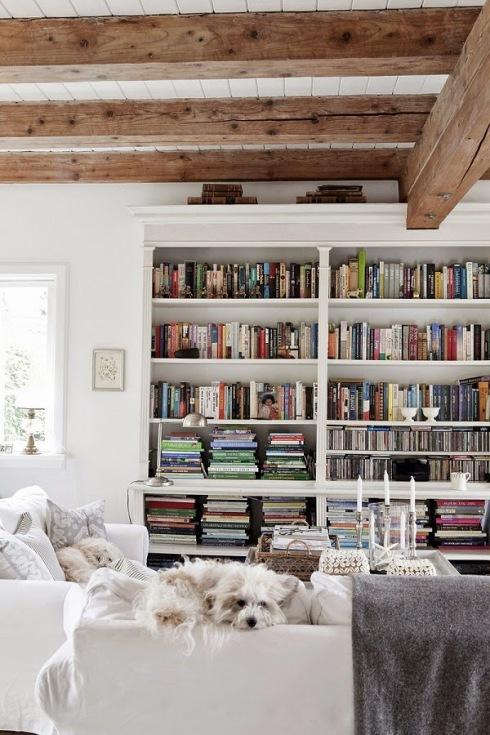 Biblioteczka w bia ym salonie z drewnianymi belkami for Biblioteczka w salonie