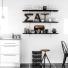 półki zdekoracjami w białej kuchni z czarną podłogą