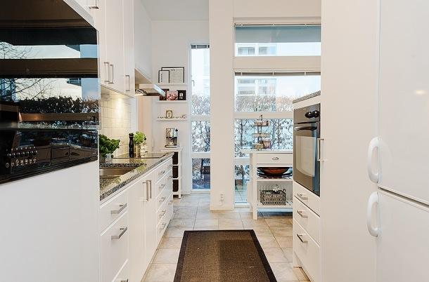 otwarta kuchnia na salon z dużymi oknami na taras  zdjęcie w serwisie Loving   -> Kuchnia Z Oknem Otwarta Na Salon