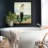 ekscentryczna łazienka z czarną ścianą i syreną