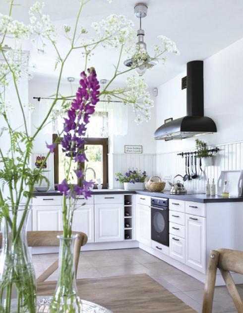 czarny okap Smeg,biala kuchnia,szra posadzka i drewniany stół z krzesłami  z  -> Kuchnia Biala Okap