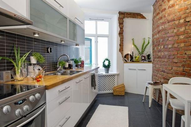 ściana z cegły i czarna Glazura w białej kuchni