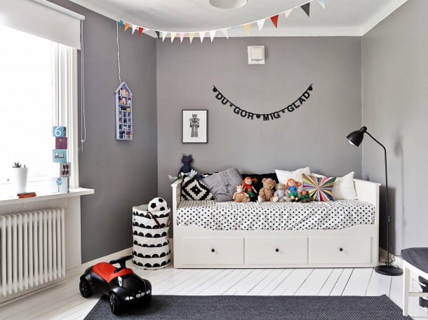 Decoraciones De Interiores Ikea ~ biale l?zko z szufladami,szara sciana,kolorowe proporczyki