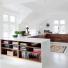 nowoczesna biała kuchnia z drewnianymi żaluzjami na frontach szafek i półek na półwyspie kuchennym