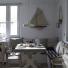 drewniane,. białe ławki w jadalni przy stole